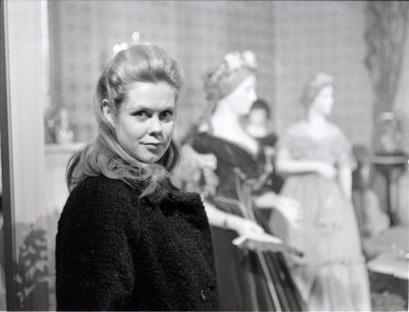 Elizabeth Montgomery visits the First Ladies exhibit.