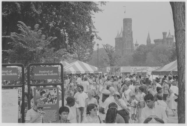 The crowd at the Festival of American Folklife, 1985, by Jeff Tinsley. Record Unit 371, Box 5, Folder - June 1987, Smithsonian Institution Archives, Neg. no. 85-15131.4.