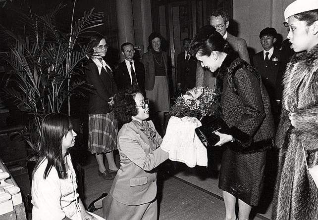 On a royal visit to the United States, Queen Sirikit of Thailand was presented with a bouquet by Phu