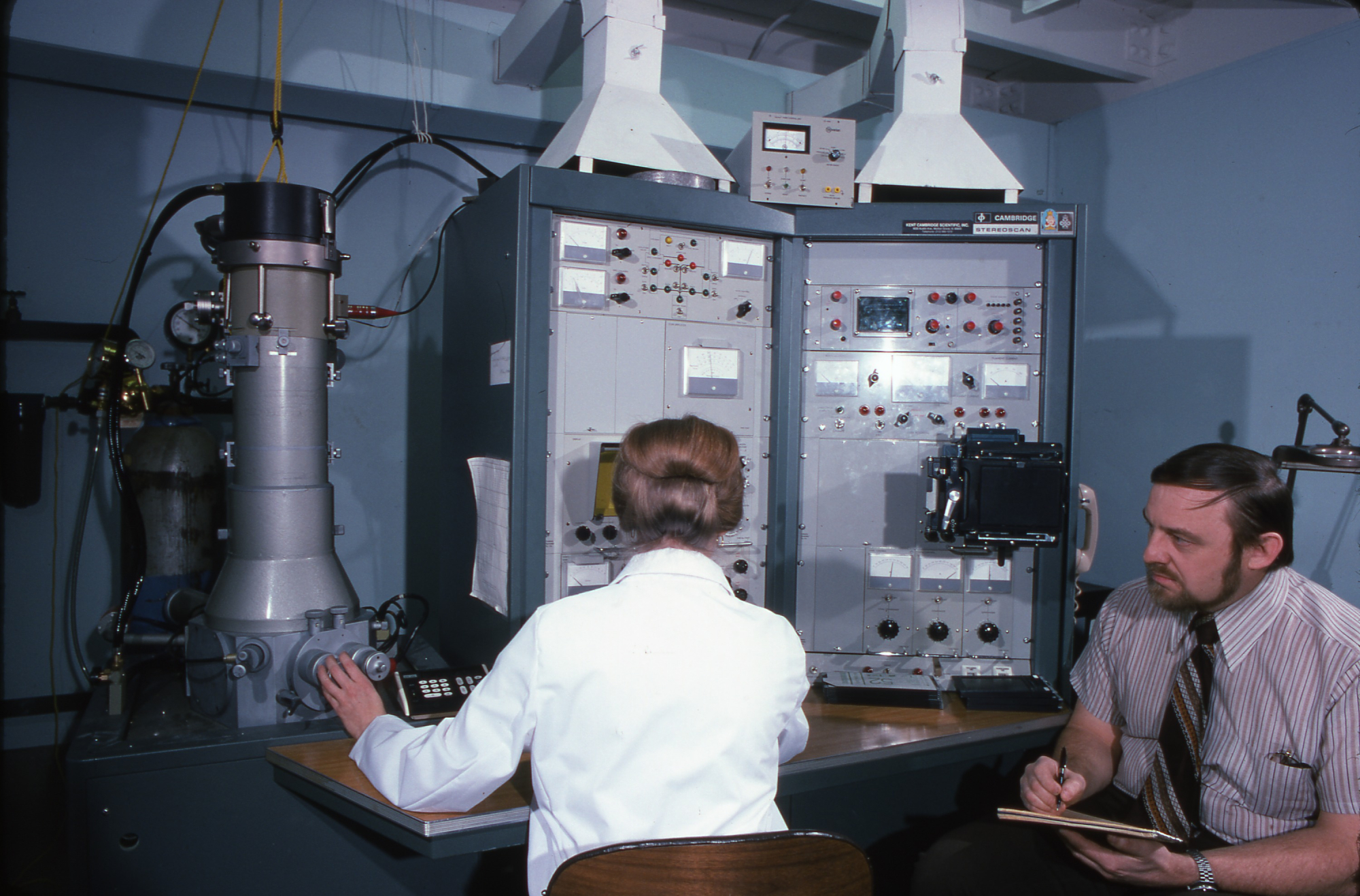 Mary Mann and Donald Davis with a scanning electron microscope in the National Museum of Natural His