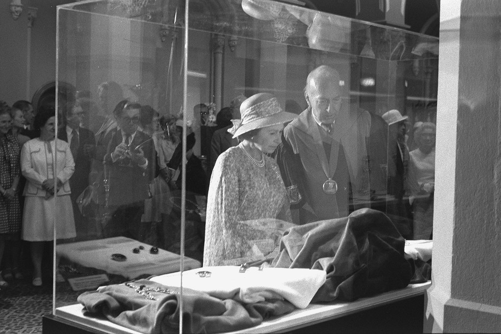 Queen Elizabeth II of Great Britain and Smithsonian Secretary S. Dillon Ripley viewing the Hope Diam