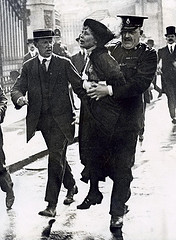 Arrestatie Emmeline Pankhurst / Emmeline Pankhurst being arrested, The Nationaal Archief