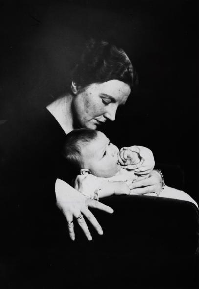 Juliana met Beatrix / Juliana holding her daughter Beatrix, 1938.