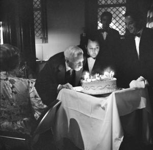 Former Secretary Dr. Charles Greeley Abbot blows out candles on a birthday cake at a Regents Dinner