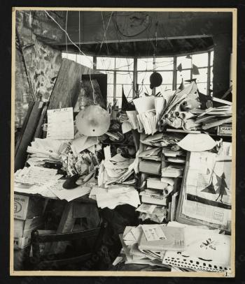 Alexander Calder's 'Mailbox', 1963 Apr. / Pedro E. Guerrero, photographer. Howard W. and Jean Lipman