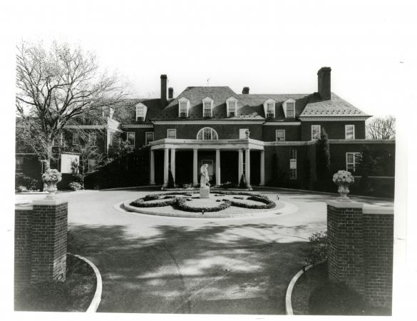 Exterior photo of the entryway to Hillwood.